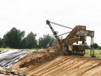 processus de fabrication - Extraction de l'argile et préparation de la terre pour les futures briques.
