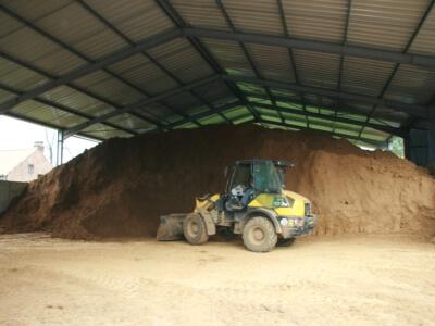 processus de fabrication - Stockage de la terre argileuse pendant l'été. La fabrication a lieu pendant les quatre mois d'hiver.